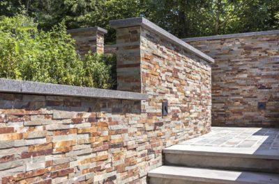 Stonepanels Oyster – Schiste multicolore à la surface brute. Il s'utilise aussi bien en intérieur qu'en extérieur