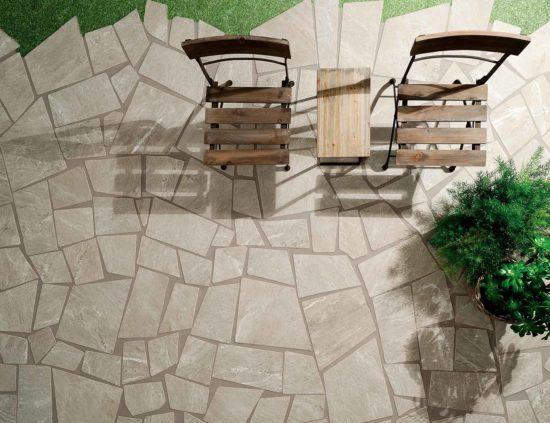 Cardoso Beige – Carrelage extérieur inspiré de la pierre de cardoso et décliné dans différentes teintes. Ici, pose en Palladiana.