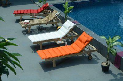 Beverly - Bain de soleil en teck à la ligne ondulée pour plus de confort
