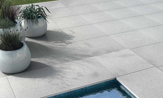 Natural Stone Granit White – Carrelage imitation granit blanc avec margelles de piscine