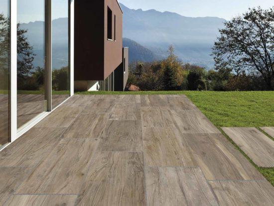 Hard & Soft Brown – Carrelage extérieur imitation parquet ou les noeuds et le vécu du bois sont parfaitement représentés? Ici en 40x120 pour pose sur plots