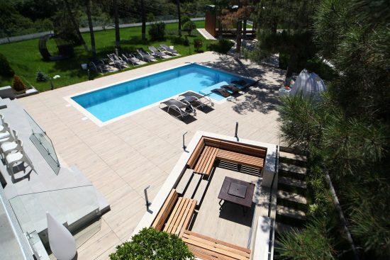 Eiche Alpin - Carrelage effet bois très clair pour une ambiance lumineuse autour de la piscine