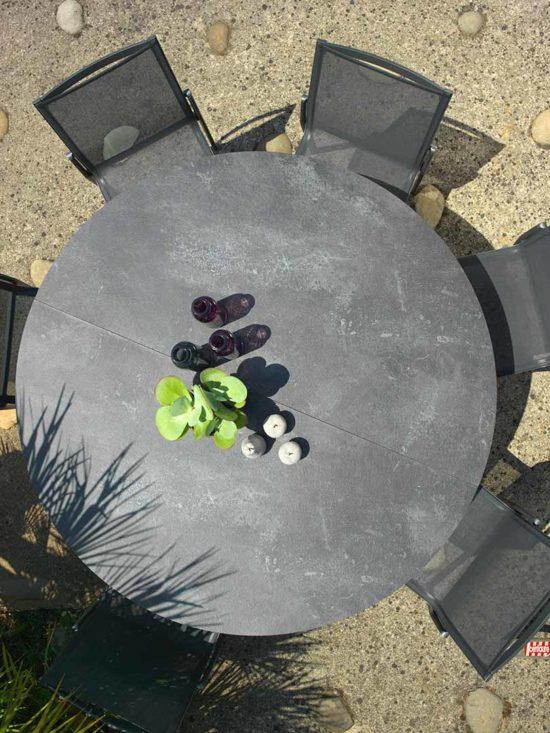 Hegoa - Table Ronde en aluminium et HPL ardoise avec chaises en aluminium et Batyline
