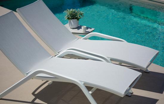Yolo - Bain de soleil au design épuré avec une table d'appoint