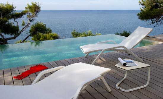 Yolo - Bain de soleil en aluminium blanc et toile Batyline blanche. Chaises longues empilables pour faciliter le rangement