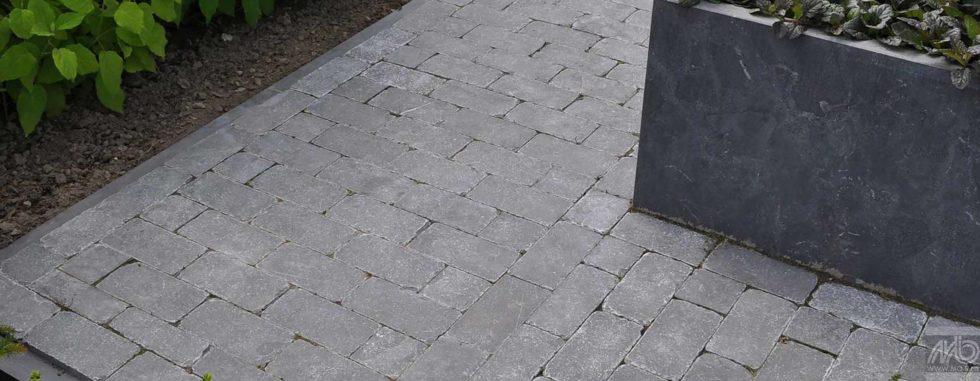 Paving spotted bluestone – Pierre calcaire à la surface lisse et aux bords tambourinés et arrondis