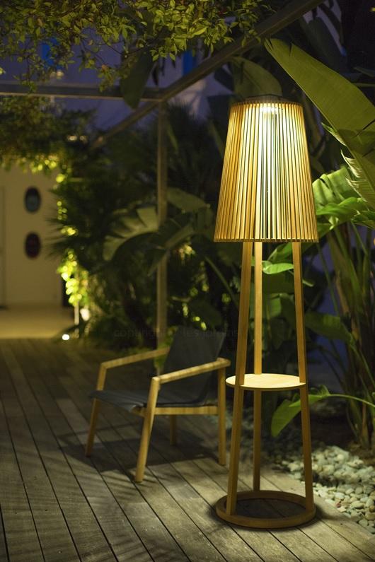 Tecka - Lampadaire solaire en teck pour un éclairage tamisé