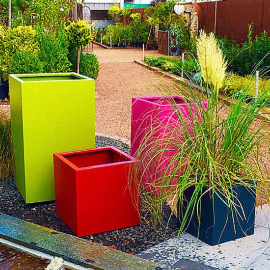 Cube - Bacs à fleurs colorés ( thermo-laqués epoxy) très résistants et modernes