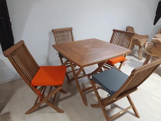 Table Cardif en teck massif pour 4 personnes avec 4 chaises Java 418 € TTC au lieu de 523 € TTC