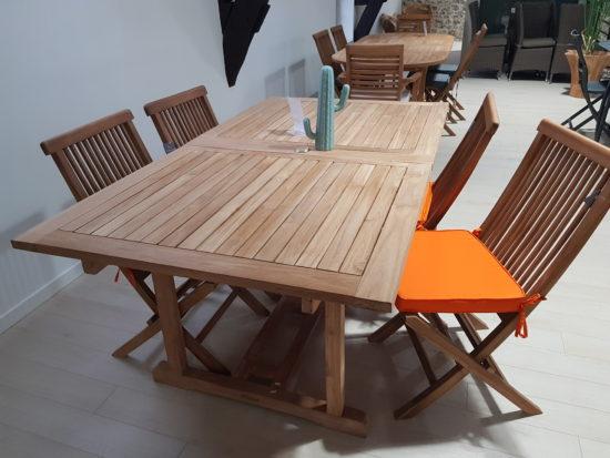 Table extensible en teck Milan, deux rallonges et quatre chaises Java, 500 € TTC au lieu de 626 € TTC