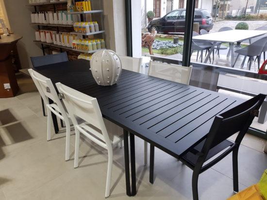 Costa - Ensemble en aluminium blanc et noir avec assises en Batyline : 2888 € TTC au lieu de 3209 € TTC