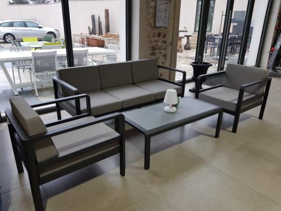 Edouard II - Salon de Jardin en aluminium composé d'un canapé, de deux fauteuils et d'une table basse : 2697 € TTC au lieu de 2997 € TTC