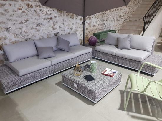 Orio - Salon de jardin en résine tressée composé d'un canapé trois places, d'un canapé deux places et d'une table basse : 2519 € TTC au lieu de 2799 € TTC